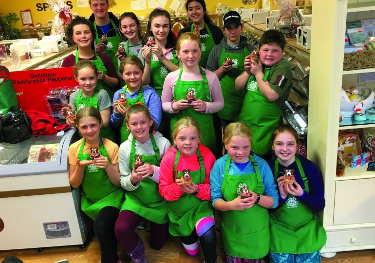 4-H Ultimate Cookie Club learns to decorate cakes